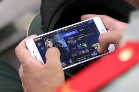 Jugando en un celular