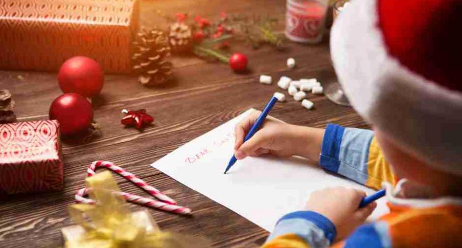 Niño le escribe a Papá Noel.