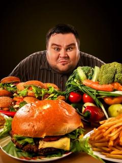 Hombre alrededor de mucha comida
