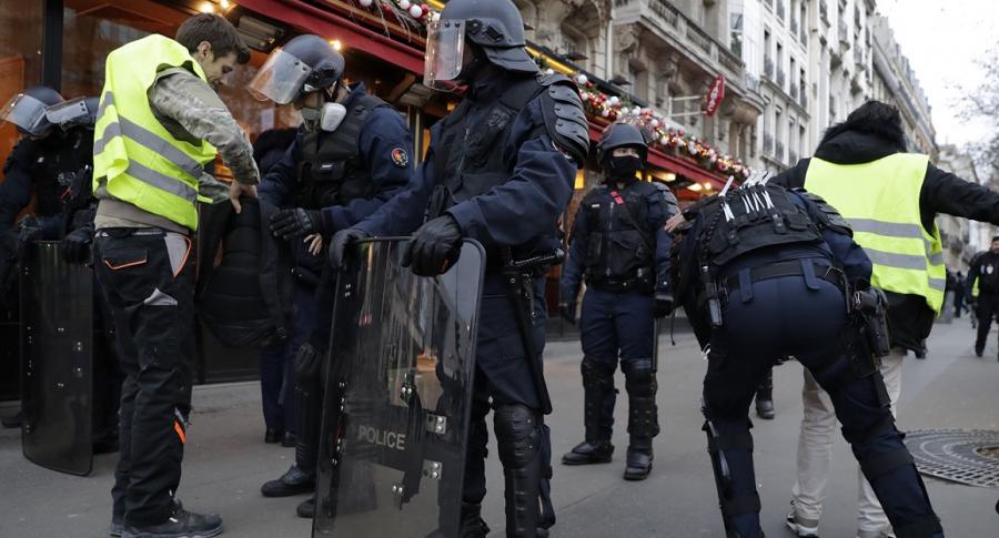 Policías requisan a protestantes en París