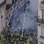 Policía ataca a manifestantes con gases lacrimógenos en París