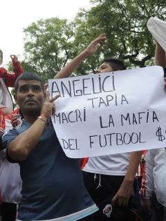 Hinchas de River Plate protestan a las afueras del estadio Monumental.