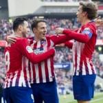 Niko Kalinic celebrando con Santiago Arias y Antoine Griezmann