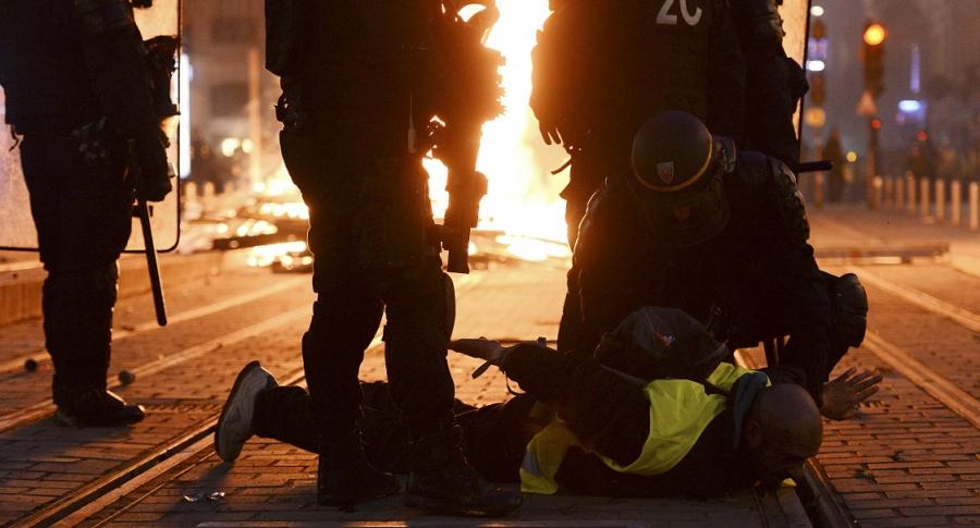 Policías detienen a un manifestante en Burdeos, Francia