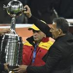 Miguel Ángel Russo con la Copa Libertadores