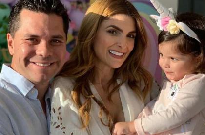 Luis Carlos Vélez, periodista, con su esposa Siad Char, presentadora, y su hija Hannah.