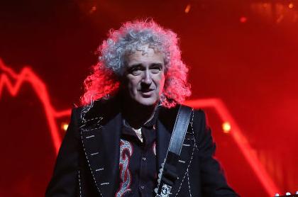 Brian May, guitarrista de Queen, tocando en el O2 Arena en Londres.