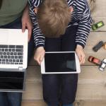 Ilustración de una joven y un niño con alta exposición a pantallas