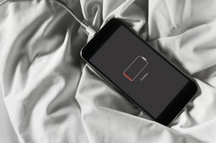 Celular en una cama