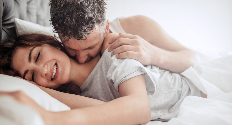 Hombre besando en el cuello a su pareja