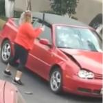 Mujer destroza carro de conductora.