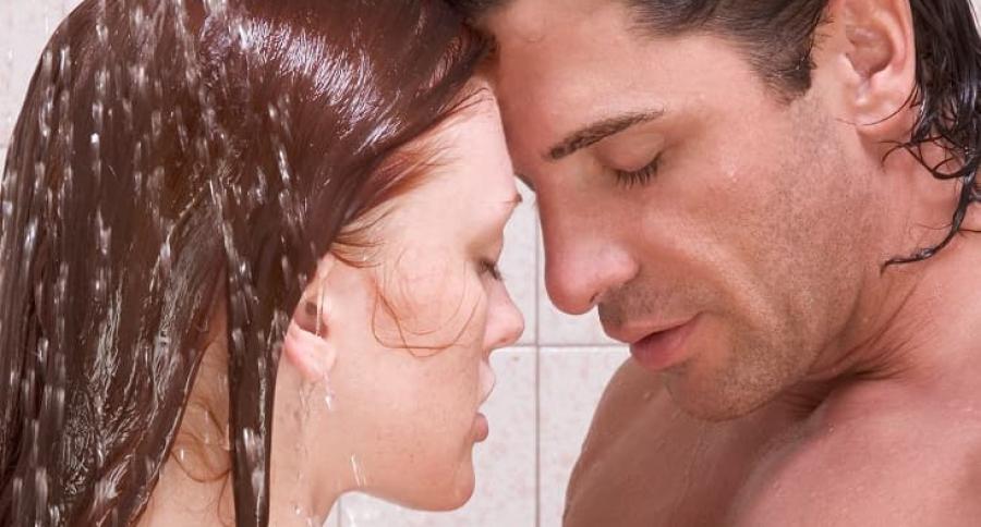 Pareja teniendo sexo en la ducha