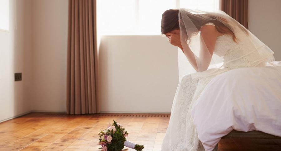 Una novia teniendo dudas sobre su matrimonio