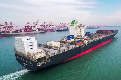Buque de carga en puerto chino