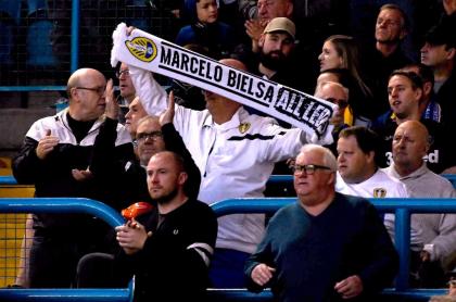Fanáticos exhiben una bufanda de Marcelo Bielsa