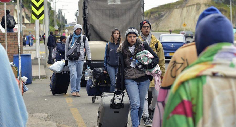 Migrantes venezolanos en el puente internacional Rumichaca.