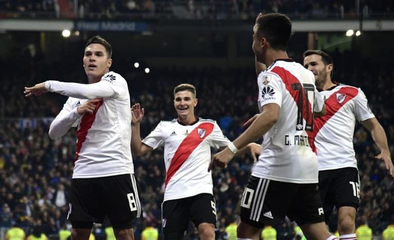 Juan Fernando Quintero celebrando con compañeros de River