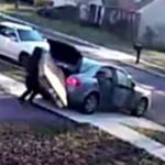Ladrón intenta llevarse un televisor.