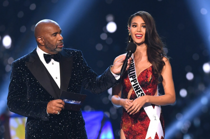 Steve Harvey, presentador, y Catriona Gray, Miss Universo.