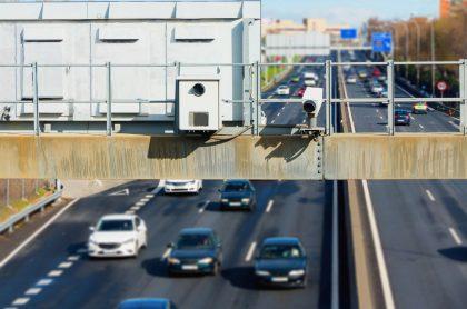 Radar de tráfico con cámara de control de velocidad oculta en señal de tránsito.