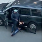 Mujer enfrenta a ladrón.