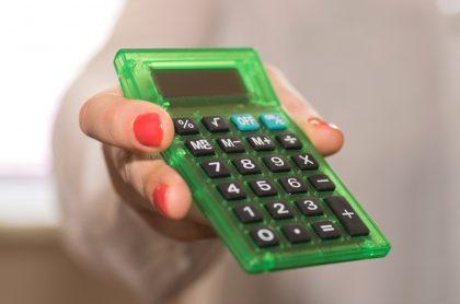 Imagen de una mujer sosteniendo una calculadora