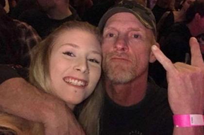Padre e hija en concierto de rock.
