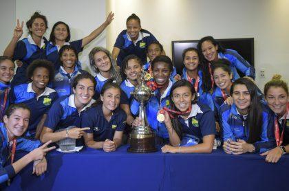 Las jugadoras del Atlético Huila posan con el trofeo de campeonas de América