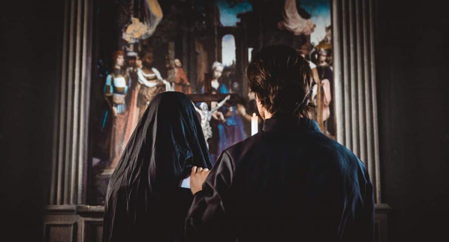Monja y sacerdote.