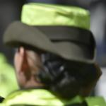 Mujer policu00eda de espaldas