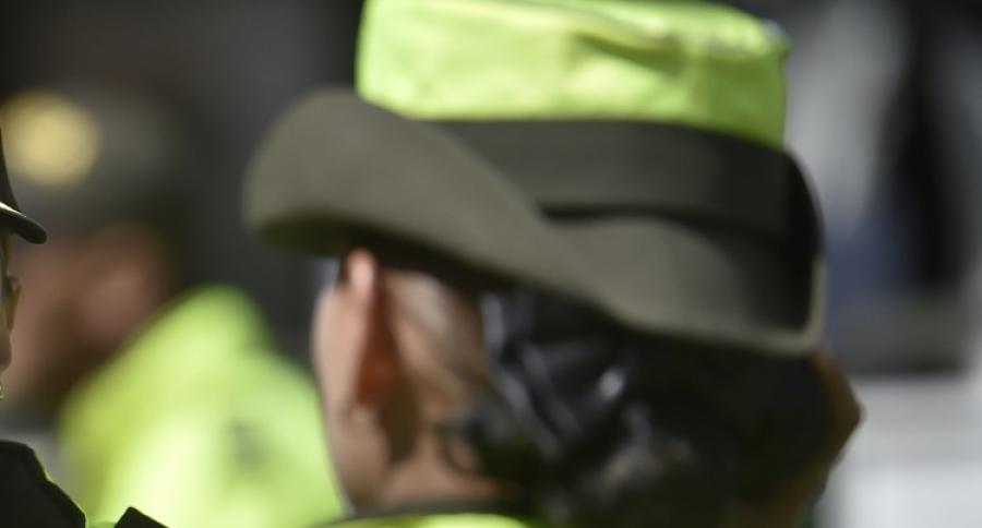 Mujer policía de espaldas