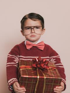 Niño enojado con un regalo de Navidad