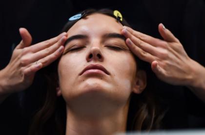 Mujer recibiendo masaje facial