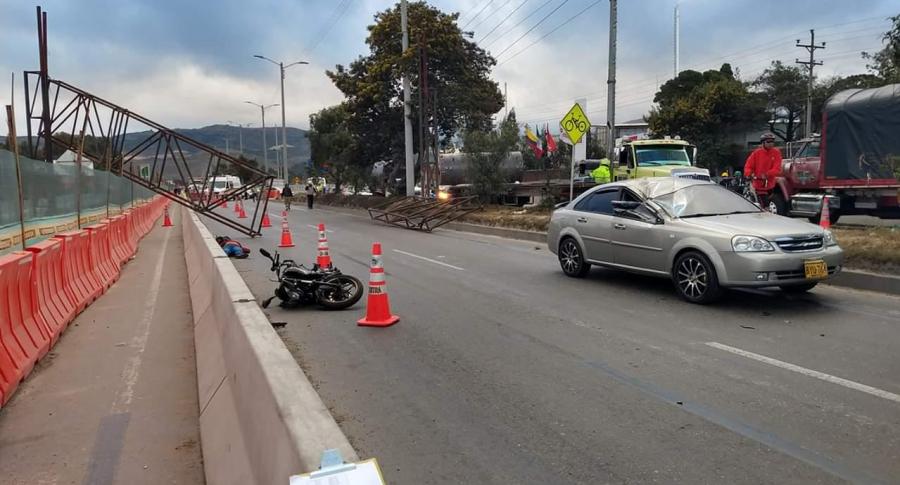 Motociclista muerto en accidente con grúa plumilla