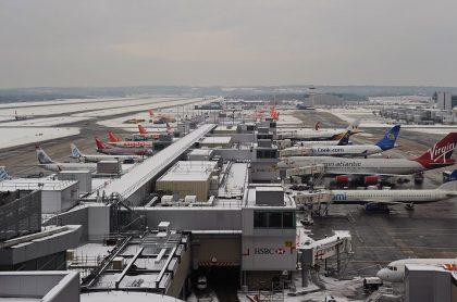 Aeropuerto bajo tormenta de nieve