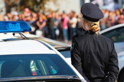 Mujer al lado de patrulla.