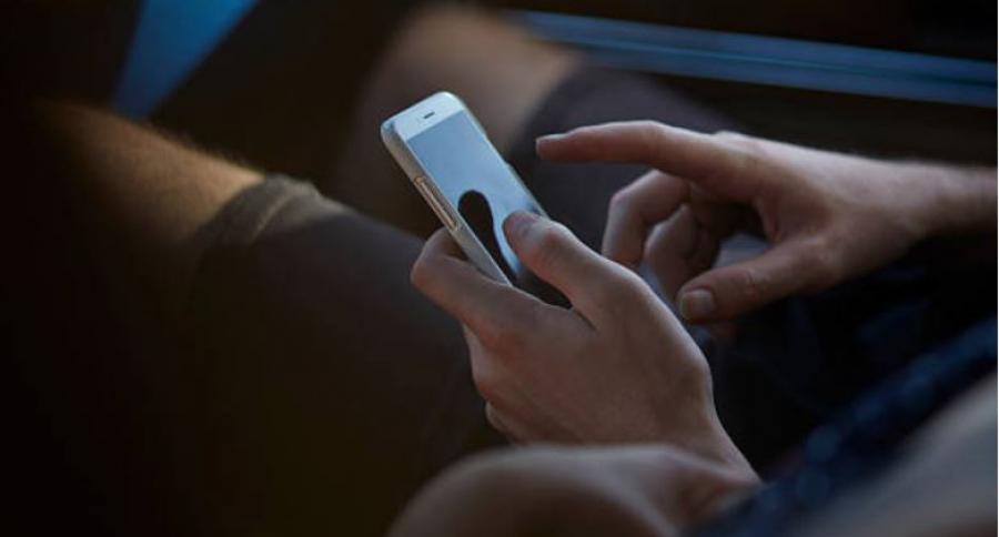 Manos de hombre con celular