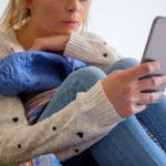 Mujer celular en mano