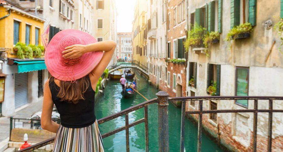 Una mujer turista contempla los canales de Venecia