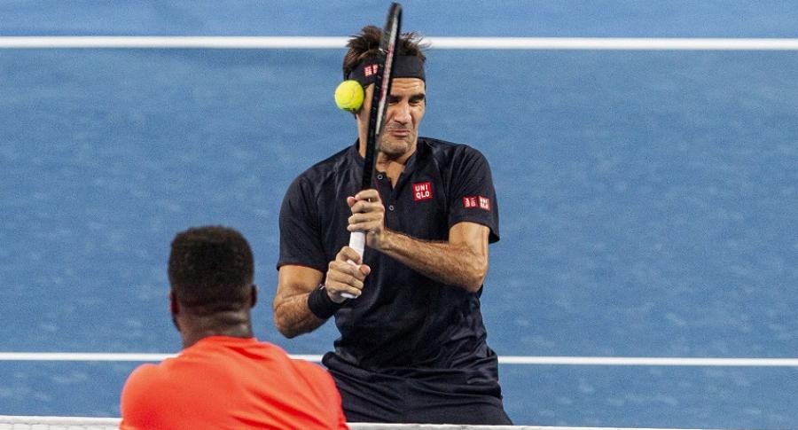 Roger Federer recibe un pelotazo de Frances Tiafoe en la Copa Hopman