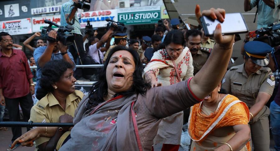 Policías intentan controlar manifestaciones en Kerala