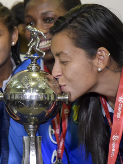 Yoreli Rincón besa el trofeo de la Copa Libertadores de América