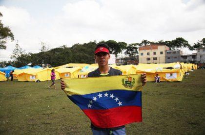Venezolano ondea bandera de su país en campamento de Engativá