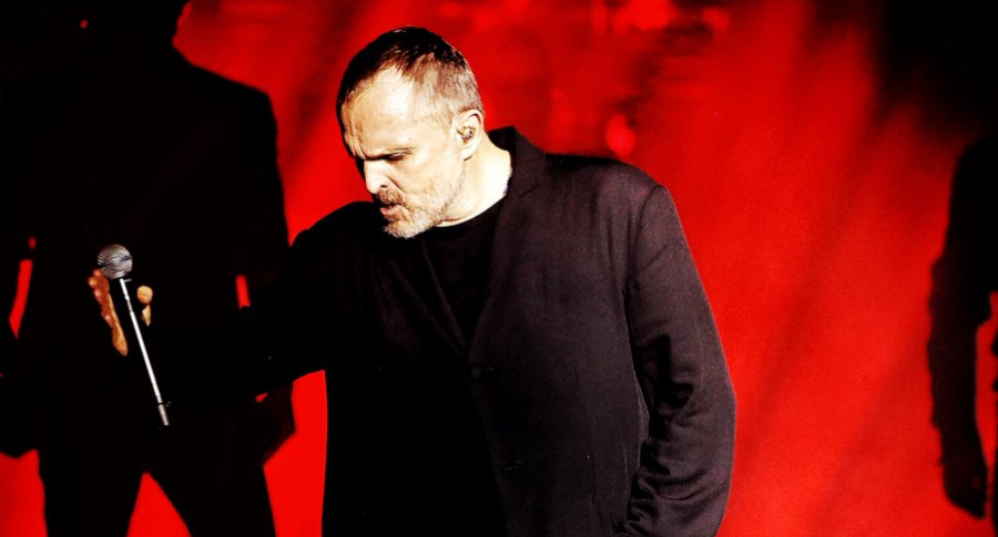 Miguel Bosé tocando en vivo