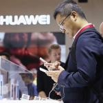 Un visitante manipula un telu00e9fono de Huawei en una tienda de Berlu00edn