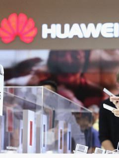 Un visitante manipula un teléfono de Huawei en una tienda de Berlín