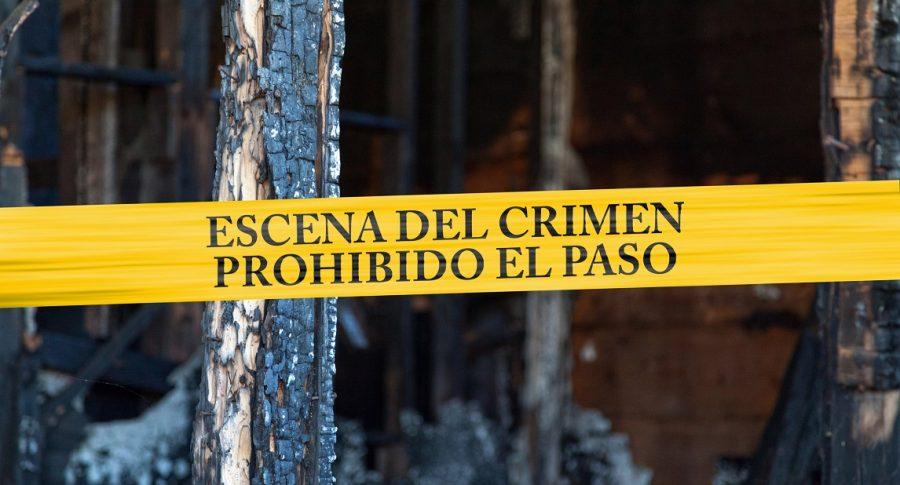 """Cinta policial con el texto """"Escena del crimen, prohibido el paso""""."""