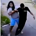 Mujer carga al esposo.