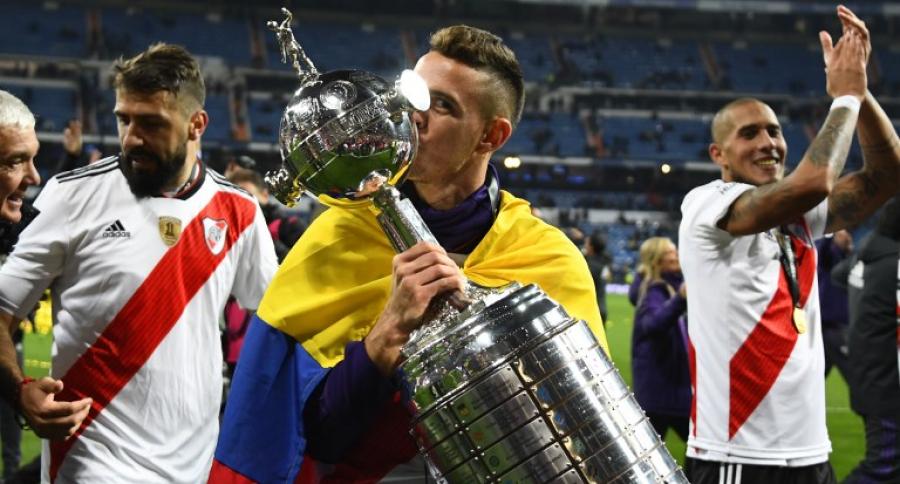 Rafael Santos Borré con la Copa Liber