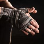 Hombre con vendaje en las manos.